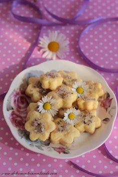 Quanto adoro i fiori in cucina, soprattutto nei dolci. Questi biscottini sono semplicissimi, la nota fiorita regala il suo perché e vi consiglio di provarli se mai aveste a disposizione dei fiori di m