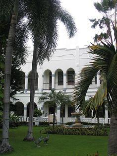 Oranje hotel, Surabaya, Java.Oranje hotel (Hotel Majapahit), Surabaya, Java British Colonial Style, Dutch Colonial, Colonial Exterior, Dutch East Indies, Colonial Architecture, Surabaya, Natural Wonders, Amazing Gardens, Java