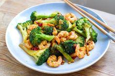 15-Minute Prawn and Broccoli Stir-Fry With Cashews | http://eatdrinkpaleo.com.au/paleo-shrimp-broccoli-stir-fry-cashews/
