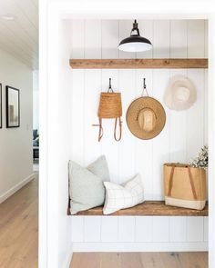 Straw hat days are comin' ☀️ design: 📷: Decoration Entree, Cosy Home, Style Me Pretty Living, Piece A Vivre, Up House, Laguna Beach, Home Interior, Room Interior Design, Interior Design Inspiration