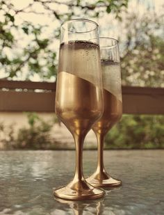 » Gold Dipped Champagne Flutes.... im going do this for my friend wed day... oh thank you for idea))