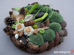 stroiki na wszystkich świętych 2015 - Szukaj w Google Christmas Pine Cones, Christmas Ornament Wreath, Christmas Wreaths, Winter Plants, Winter Flowers, Moss Wreath, Grave Decorations, My Fairy Garden, Pine Cone Crafts