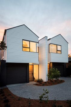 Architecture Improve your Home by Building a Deck Learning about building decks and home improvement Townhouse Designs, Duplex House Design, Modern House Design, Tropical House Design, Tropical Houses, House Cladding, Facade House, Townhouse Exterior, Modern Farmhouse Exterior