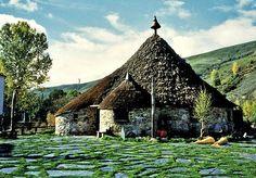 Elia Rossi racconta il Cammino di Santiago attraverso il villaggio di O Cebreiro, tra tradizione druida e cristiana.
