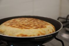 Cheese Naans, or Indian cheese breads - outside because it& often better - Indian Cheese, Ww Desserts, Indian Food Recipes, Ethnic Recipes, Elegant Cakes, Wrap Sandwiches, Queso, Healthy Drinks, Street Food