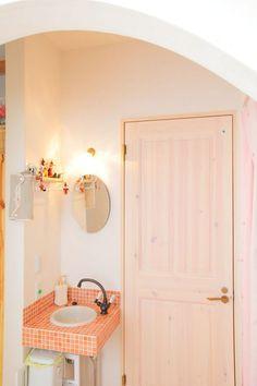 【アイジースタイルハウス】洗面。玄関のすぐ脇に設けたトイレと洗面台