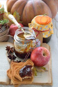 La confettura di zucca e mela è ideale da spalmare sul pane o da assaporare insieme a formaggi stagionati e saporiti.