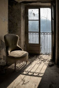 abandoned room home house building Abandoned Buildings, Abandoned Property, Abandoned Mansions, Old Buildings, Abandoned Places, Abandoned Castles, Miss Clara, Haunted Places, Belle Photo