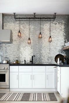 carrelage mural de cuisine en blanc et suspension industrielle