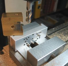 Milling vise face plate with adjustable locating pins for setting angles to milled surfaces
