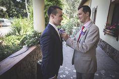 A vőlegény kitűzőjét jobb híján a tapasztalt ceremóniamester ügyeskedi föl gyakran /fotó: Wégner Richárd/