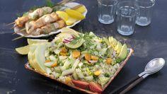 Duka upp med snabbfixade grillspett med lax och torsk. Servera till en smakrik quinoasallad med både päron, melon och jordgubbar.