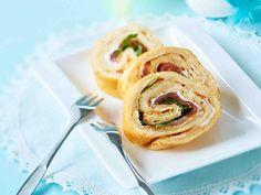 Nämä maukkaat munakasrullat maistuvat sellaisenaan tai vaikka voileipien päällä. Sujauta täytteeksi kylmäsavulohta, rucolasalaattia ja valkosipulituorejuustoa.
