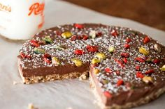 Raw Pecan Pie - Forget the sugar-riddled traditional American pecan pie recipe and try this– a raw cake that is healthy, but still includes the traditional flavours of pecans, nutmeg and vanilla. Yum!