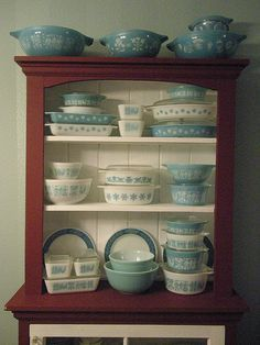 Inspiration for displaying my vintage Pyrex bowls and baking dishes. Vintage Kitchenware, Vintage Dishes, Vintage Glassware, Vintage Pyrex, Antique Dishes, Vintage Bowls, Vintage China, Vintage Decor, Vintage Antiques