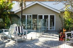 Mid grey Colorbond roof, white trims and light grey Colorbond cladding with greyed timber decking Exterior Color Schemes, Exterior Paint Colors, House Roof, Facade House, Weatherboard Exterior, Colorbond Roof, Hamptons Style Decor, Farm House Colors, Roof Colors