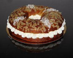 Roscón de nata www.ricapasteleria.com #Pastelerías #Burgos Bagel, Bread, Food, Bagels, Sweet Desserts, Tarts, Meal, Essen, Hoods