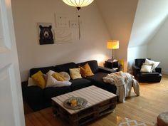 Gemütliches Wohnzimmer mit Couch und farbigen Kissen sowie Leselampe und Wohlfühlfaktor. Wohnung in Bonn.  #Wohnzimmer #Bonn #livingroom