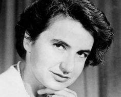 Rosalind Elsie Franklin nació en 1920 en Londres y falleció en el año 1958. Fue biofísica y cristalógrafa, teniendo participación crucial en la comprensión de la estructura del ADN, ámbito en el que dejó grandes contribuciones hizo posible la observación de la estructura del ADN mediante imágenes tomadas con rayos X, tampoco fue reconocido. Por el contrario y como ya sabemos, el crédito y el premio Nobel en Medicina se lo llevaron Watson y Crick
