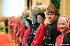 Tak hanya pengantin pria yang mengenakan tutup kepala, para pria penyambut tamu dalam pernikahan adat Minangkabau Sumatra Barat juga mengenakan tutup kepala. Indonesia kaya akan beragam tutup kepala yang indah, seperti tutup kepala pemuda Minang ini.