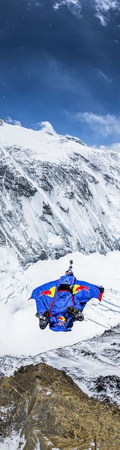 Jumping from new heights: http://win.gs/142W8Nq #everest #redbull