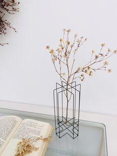 ドライフラワーベース(crossタイプ) 一輪挿し・花瓶・花器 yuji ハンドメイド通販・販売のCreema Natural Life, Natural Living, Wire Crafts, Wire Art, Flower Vases, Dried Flowers, Creema, Glass Vase, Bloom