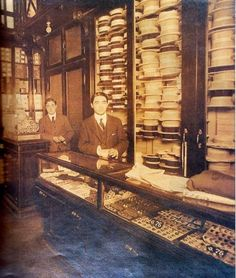 Argentina AntiguaSombrería. En 1915. En los estantes aparecen muchos ranchos y chambergos y en la vitrina se ven los botones para cuellos y puños.