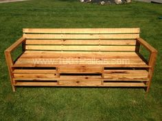 Bench made with 2m pallets : Simple and clever design for this pallet bench made with long european 2m pallets.