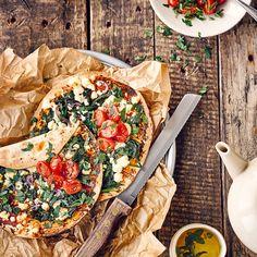 Genießen Sie eine besonders würzige Variante der beliebten Pizza: Die türkische Version Lahmacun begeistert mit Spinat, Feta und Tomaten oder mit Fleisch!
