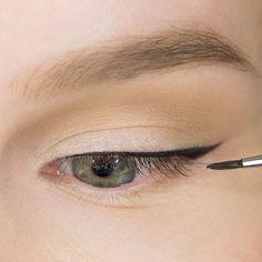Как нарисовать идеальные стрелки? Makeup Tips, Beauty Makeup, Korean Makeup Tutorials, Eyeliner Styles, Eyeliner Looks, Makeup Techniques, Makeup Revolution, Eye Make Up, Skin Makeup