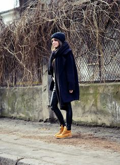 Kasia+Szymków+rocks+this+Timberland+outfit+consisting+of+leather+leggings,+a+navy+overcoat,+and+matching+navy+knitwear.+This+look+is+both+cute+and+seasonal;+perfect+for+those+cold+winter+days!+Coat:+Answear,+Scarf:+Zara,+Trousers:+DenimBox,+Shoes:+Timberland.+