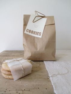 Recette des VRAIS Américan Cookies ! 150gr de beurre mou 150gr de sucre brun 170gr de sucre blanc 1 oeuf 220gr de farine 1/2 c à c de levure chimique 220gr de chocolat au lait cassé en gros morceaux