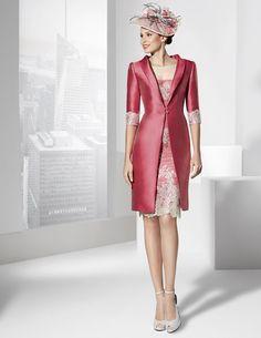 Vestidos de fiesta corto en tul bordado plateado y tafeta fucsia con abrigo.