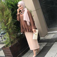 Latest Frill Abaya Style That Will Love You – Girls Hijab Style & Hijab Fashion Ideas Arab Fashion, Muslim Fashion, Modest Fashion, Womens Fashion, Hijab Outfit, Hijab Dress, Stylish Work Outfits, Chic Outfits, Fashion Outfits
