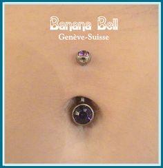 Piercing du nombril fait avec un bijou médicale en titane, taille XL. Bijou posé: Banane avec deux cristaux violets