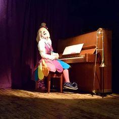 """クラウンカノン canon on Instagram: """"さっさっさっ~って右にスクロールしてみてね😊 すごいくない??このシンクロ率(??) 同じピアノでうれしかったよっていう写真でした。 #クラウンカノン #クラウン #カノン #道化師 #ピエロ #clowncanon #clown #canon #piano #ピアノ…"""" Female Clown, Send In The Clowns, Fun Stuff, Disney Characters, Fictional Characters, Aurora Sleeping Beauty, Disney Princess, Instagram, Fantasy Characters"""