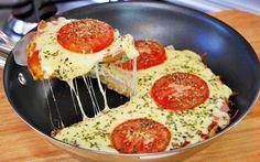 Pizza de Frigideira  Esta receita de pizza de frigideira é super fácil e rápida de fazer. Ideal para aqueles dias em que você está sozinho(a) e precisa de um lanche rápido de preparar.  Tempo de preparo: 10 a 15 minutos Rende: 1 porção #pizzadefrigideira #pizza #pizzacaseira #receitas #receitascaseiras Mini Pizzas, Healthy Pizza, Vegan Pizza, Frying Pan Pizza, Pizza Pan, Pizza Quotes, Pesto Pizza, Pizza Rolls, Easy Snacks