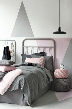 Leuke kleurvlakken op de muur geven veel sfeer aan deze meidenkamer!