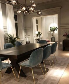 Today we are going to show you some of the most dazzling blue dining room designs along with some basic design tips that will help you define your own dining room style. Just keep scrolling and fall in love with these mesmerizing modern dining room ideas. Rugs In Living Room, Interior Design Living Room, Home And Living, Living Room Decor, Living Dining Rooms, Interior Livingroom, Luxury Interior Design, Interior Ideas, Dining Room Blue