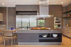A cozinha segue o mesmo padrão de bancada e móveis planejados da S.C.A. As cadeiras são em fibras naturais. Casa Clean, Future House, Table, Furniture, Home Decor, Design Interiores, Gaia, Abundance, Showroom