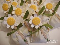 idea of a big daisy on a package Felt Diy, Felt Crafts, Diy And Crafts, Paper Crafts, Candy Bar Crafts, First Holy Communion Cake, Felt Bookmark, Party Co, Chocolate Decorations