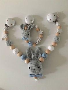 Een set bestaande uit een kinderwagen met een gehaakte konijntjes in de kleuren grijs/wit/blauw en de juiste pop te doen. De keten is ongeveer 45 cm lang en verstelbaar aan de uiteinden zo nodig. Het konijn en de haak kralen zijn ook verkrijgbaar in andere kleuren. Spreek enkel voor