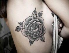 33-tatuagem-feminina-na-costela-rosa