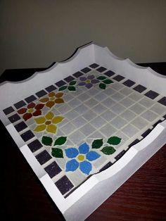 Bandeja de flores em mosaico