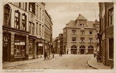 Prentbriefkaart van de Brusselsche straat in Maastricht met links vooraan boekhandel S. Levie, ca. 1931