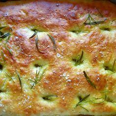 Rosmariini, suola ja oliiviöljy maustavat focaccian.