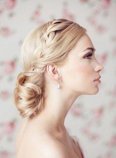 coiffure mariage tresse latérale avec un chignon bas cheveux long