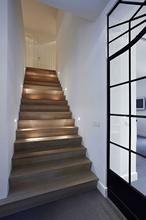 Mooie houten trap met lichtinval van sfeerverlichting. Leuk idee voor in jouw huis?