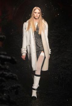 Chanel | Ready-to-Wear Autumn 2021 | Look 16 Fashion Week Paris, Runway Fashion, Fashion Show, Stella Tennant, Boutique Haute Couture, Haute Couture Fashion, Boutiques, Carolina Herrera New York, Yves Klein Blue