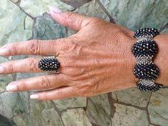 """Videoanleitung für das Peyote-Armband """"Hematite Heaven Bracelet"""" samt passendem Ring (Grundtechnik: Peyote mit unterschiedlichen Perlengrößen) von Bronzepony Beaded Jewelry auf YouTube"""